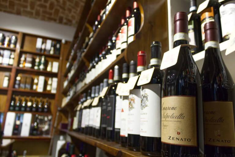 bottiglie di vino dell'enoteca ferrero di torino